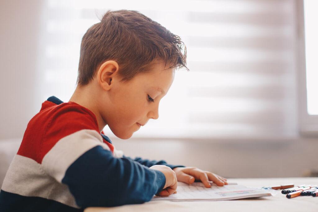 Bambino legge a scuola