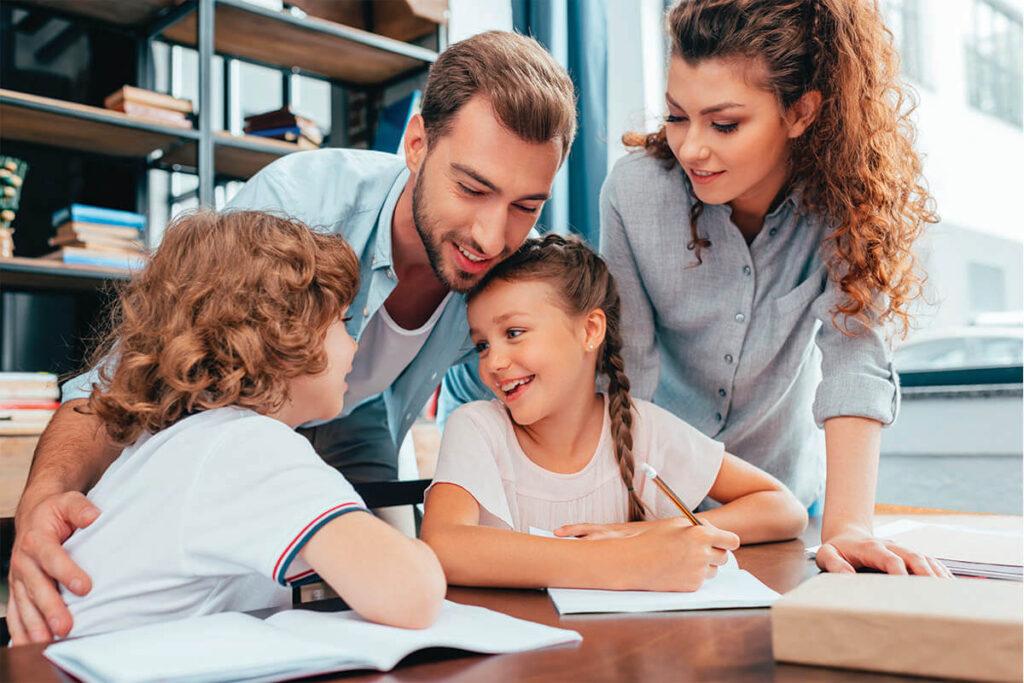 Famiglia durante i compiti a casa