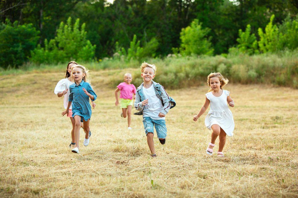 Bambini che giocano in estate