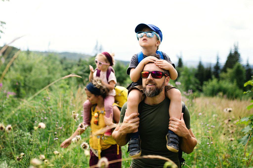 Famiglia in vacanza durante un'escursione